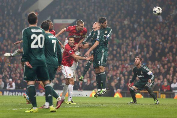 Vidic tuvo otra oportunidad en este cabezazo. El gol no llegó y Diego Ló...