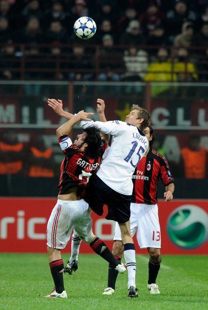 En la mitad de la cancha el 'duelo' entre Crouch y  Gattuso iba subiendo...