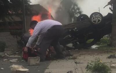 """""""Héroe"""" hispano pone su vida en riesgo sacando a un hombre de un auto en..."""