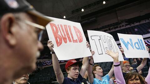 """Seguidores de Trump con un cartel de """"Construyan el muro"""""""