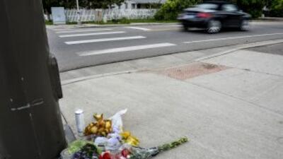Flores decoran un homenaje a William Connole, quien murió víctima de de...