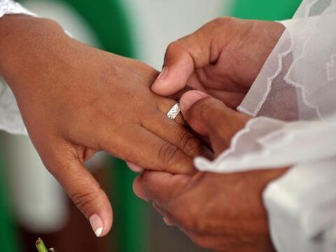 Hay quienes se preguntan si el matrimonio se está convirtiendo en...