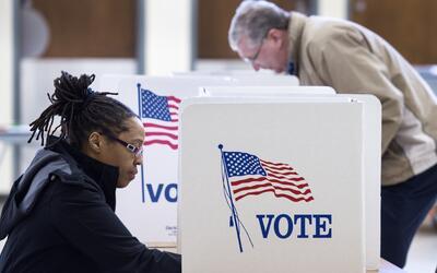 Una votante durante las primarias de Virginia, este año.