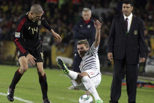 Griezmann cae aparatosamente y Enríquez no termina de entender qué pasó.