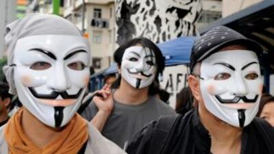 Anonymous advierte a Facebook.