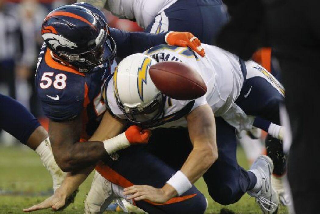 La actuación del defensivo Von Miller fue espectacular al capturar en tr...