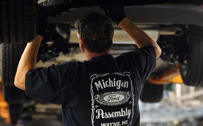 Obrero trabajando en la planta de ensamblaje de de Ford en Wayne, Michig...