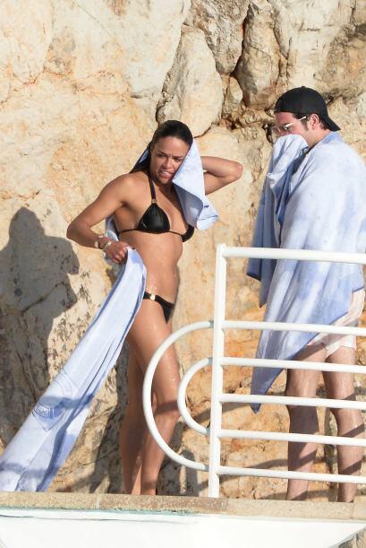 Mira a la latina y su excelente figura en traje de baño.  Vota aq...