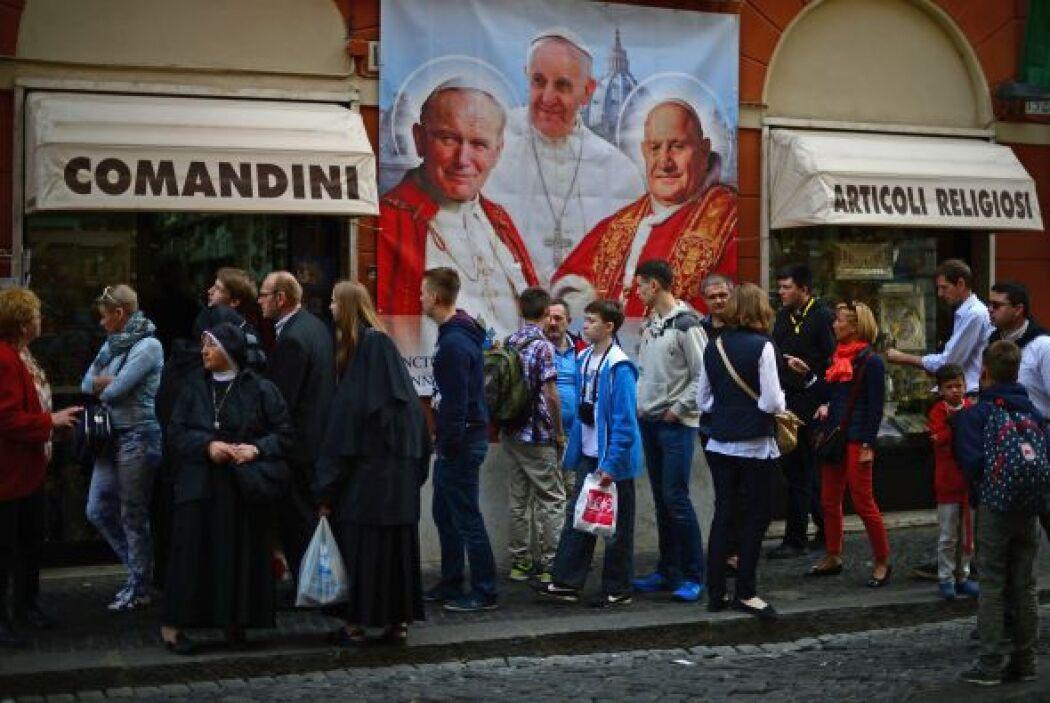 Cientos de miles de fieles provenientes de todo el mundo llegaron al Vat...