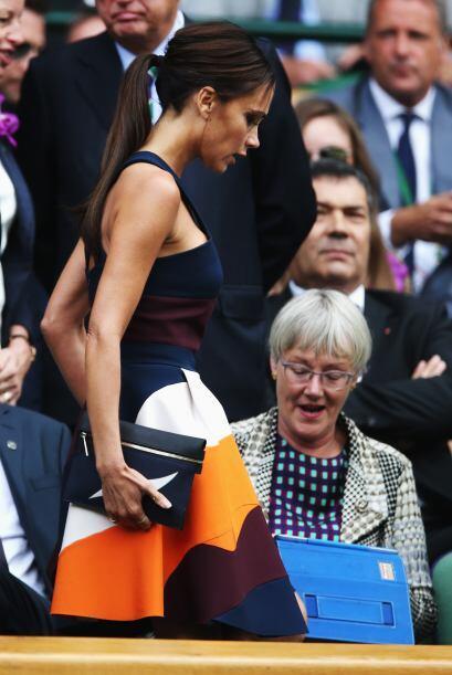 Victoria Beckham siempre muy seriecita Mira aquí los videos más chismosos.
