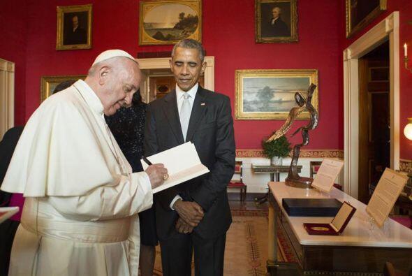 Acompañado de Barack Obama, el papa Francisco escribe en un libro durant...