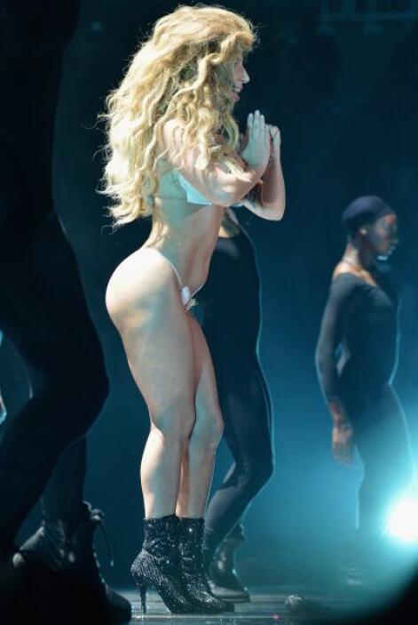 Pero la realidad era otra... en los MTV VMA 2013, la exótica cantante lu...