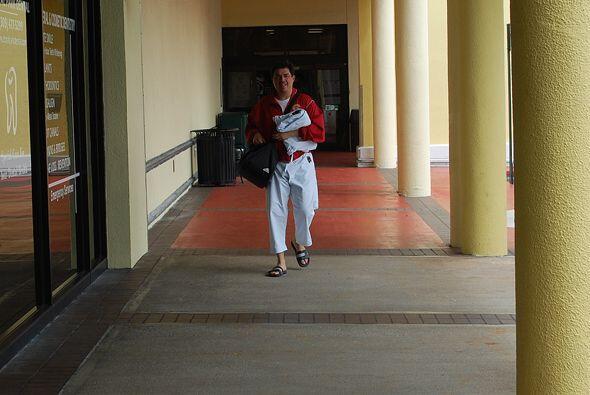 Nuestro Jorge Pérez-Navarro en camino a su clase de kárate do.