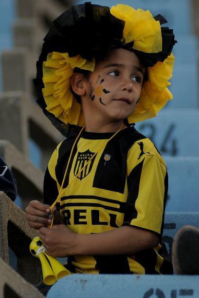 A propósito, el niño de la imagen representa al club Peñarol que ganó ci...