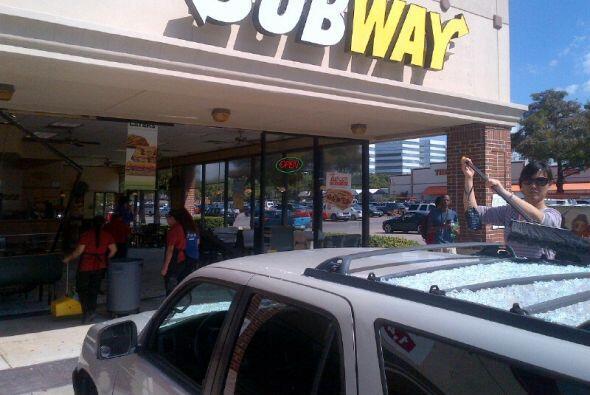 Conductor se estrella contra un Subway y hiere a tres personas