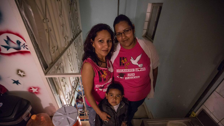 Bertha Sánchez (derecha) perdió la oportunidad de optar a DACA para irse...