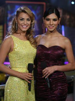 Aquí al lado de una de sus compañeras del show, Alejandra Espinoza.