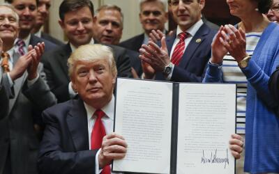 Donald Trump muestra la orden ejecutiva sobre la perforación ante...