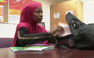 Una joven refugiada somalí logró inscribirse a una escuela...