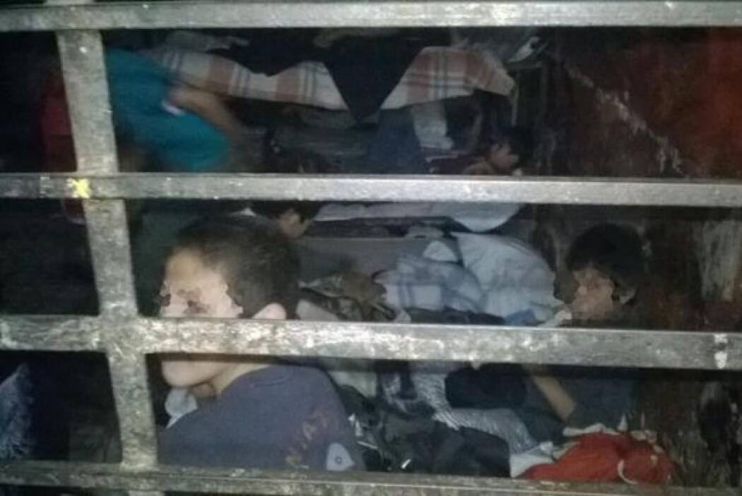 Las autoridades encontraron a los menores hacinados.