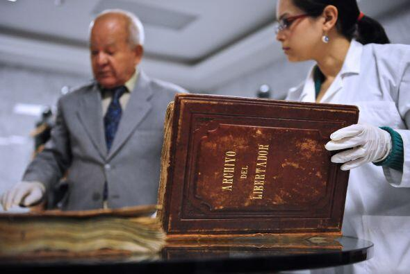 El General Héctor Bencomo, curador de los archivos de Simón Bolívar y la...