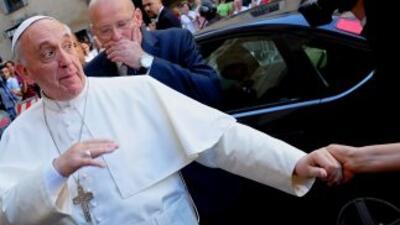 El Papa Francisco saluda a un grupo de fieles en la Plaza de San Pedro.