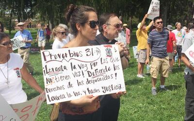El sábado un grupo de manifestantes y religiosos protestó...