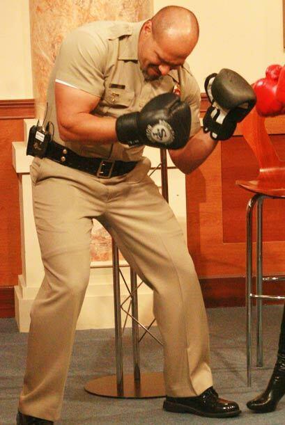 El famoso alguacil deja el traje de policia por uno de boxeador.