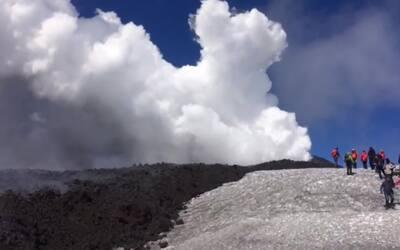 En video: el momento de la explosión de un volcán en Italia que hirió a...