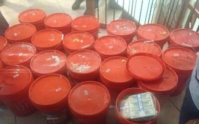 La policía encontró el dinero dentro de cubos de 5 galones de Home Depot.