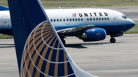 Indagan las causas de un incendio en el motor de un avión de United Airl...