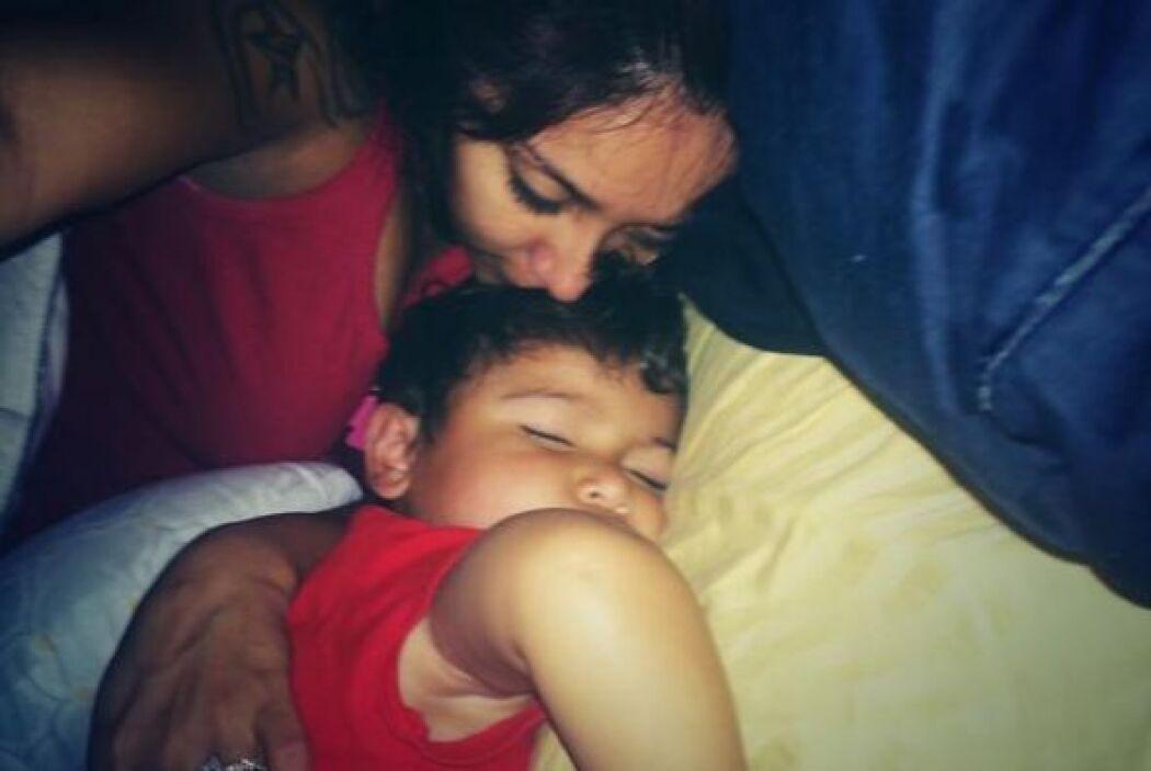 Awww, ¡qué linda foto de Snooki besando a su bebé mientras duerme!
