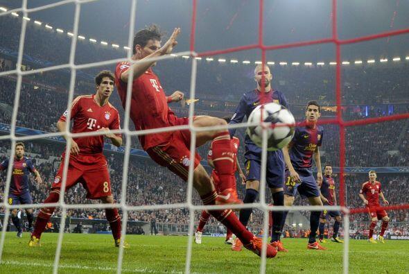 En otra jugada a balón parado y por aire, Mario Gómez, pese a estar en p...