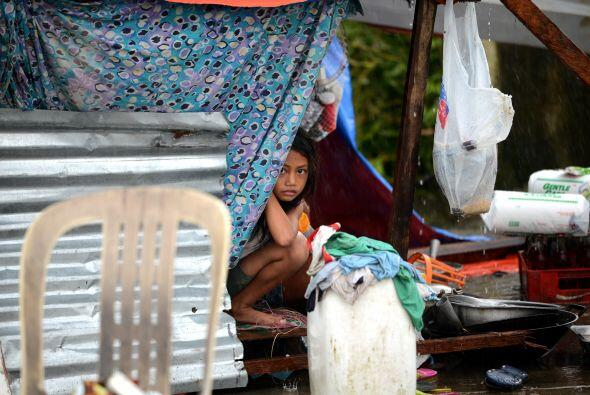 Esta pequeña se refugia en su casa improvisada en Tacoblan. (AFP/Getty)