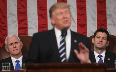 Donald Trump durante su primer mensaje al Congreso, observado por el pre...
