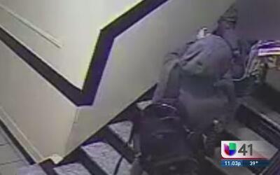 Arrestan sospechoso de golpear mujer para robarle