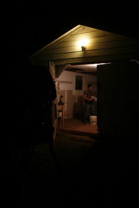 Andres Santos repara en su tiempo libre el cobertizo de su arrendador....