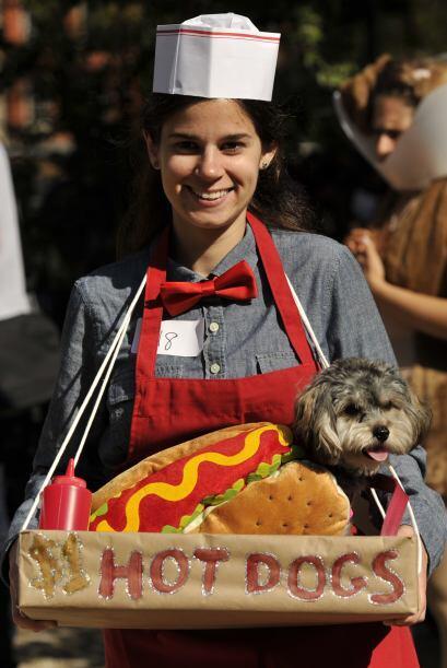 Para cambiarle un poco puedes ser tú el vendedor de 'hot dogs', así ambo...