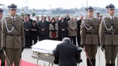 Miles de polacos reciben con flores y aplausos los restos del presidente...