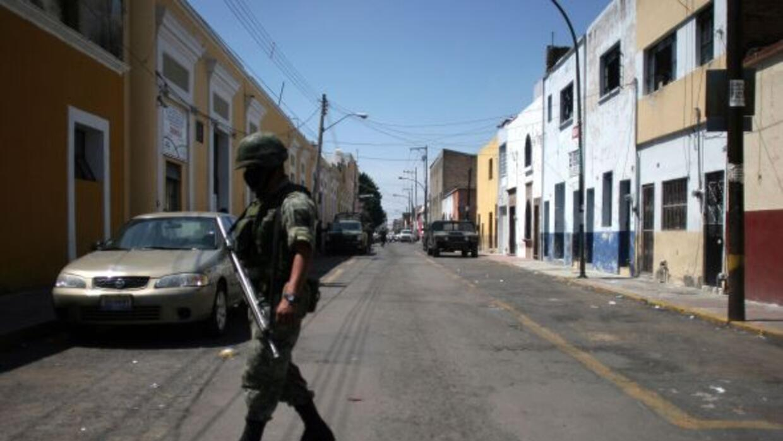 Soldado mexicano patrulla en una calle de Guadalajara donde el crimen or...
