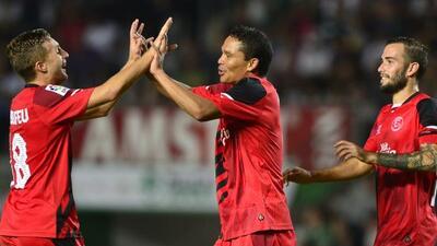 Deulofeu felicita al colombiano Bacca luego de su gol.