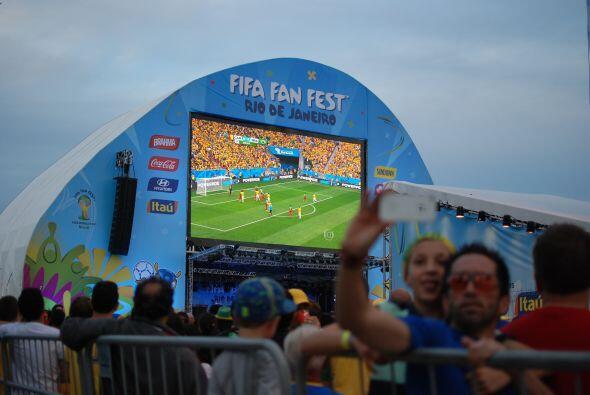 Es en esta enorme pantalla dentro del FanFest donde día a día se transmi...