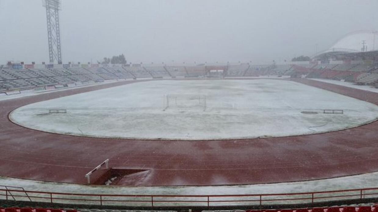 La cancha del Estadio Francisco Villa cubierta de nieve.