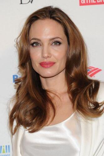 La piel de Angelina Jolie luce así de brillante gracias a los baños de p...
