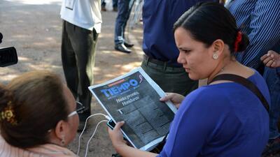 Periodistas de El Tiempo de Honduras sostienen la última edici&oa...