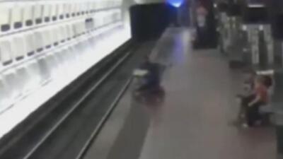 Hombre en silla de ruedas cae en segundos en los rieles del metro