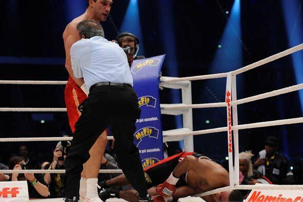 El campeón se lanzó en el round 12 al triunfo por nocáut, con golpes ráp...