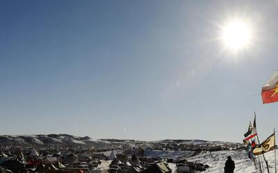Miles acampan en Dakota para apoyar la lucha contra el oleoducto en tier...