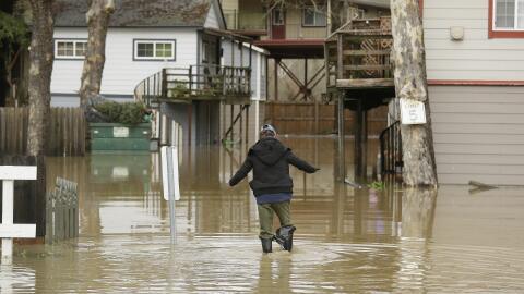 Un hombre caminaba con dificultad este lunes 9 de enero en su vecindario...