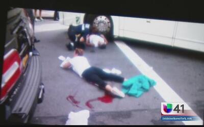 Turista quedó prensada bajo un autobús